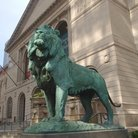 Picture - Chicago Art Institute entrance and lion sculpture.