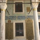 Picture - Detail of the columns in the Courtyard in Topkapi Palace in Istanbul.