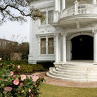 Picture - White mansion in Garden District, New Orleans.