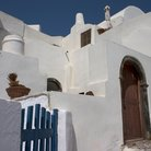 Picture - White building in Oia.