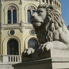 Picture - A lion sculpture at the Norwegian Parliament building in Oslo.