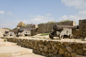 Picture - The Roman walls of Tarragona with cannons.
