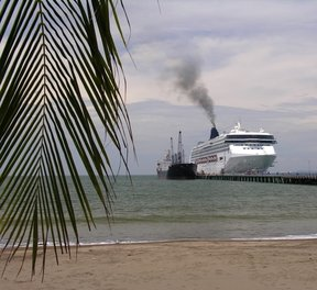 Picture - Cruiseship on the pier of Puntarenas.