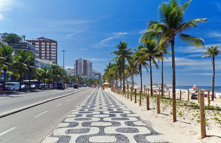 شاطئ إيبانيما من أشهر المناطق السياحية في مدينة ريو دي جانيرو البرازيلية