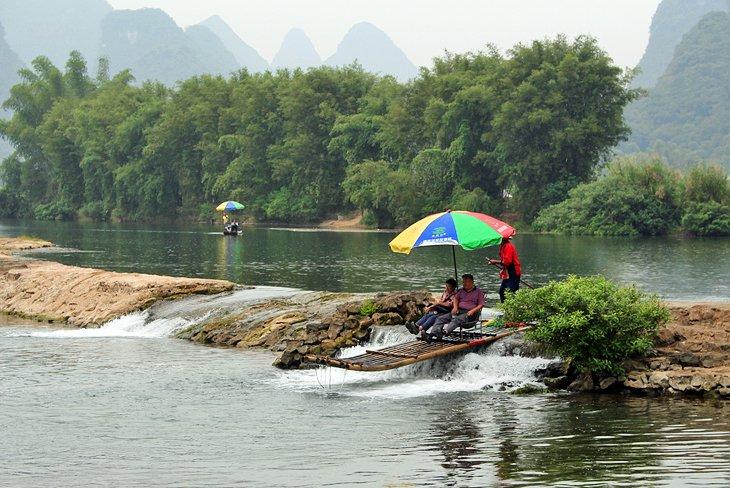 Balsa de bambú en el río Yulong