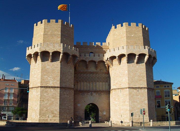 تورس د سروانوس (دروازه شهر باستان)