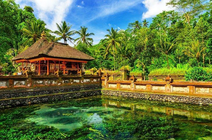 معبد تيرتا إمبول من المزارات السياحية في بالي، إندونيسيا