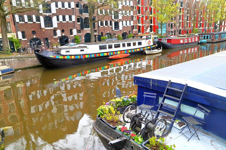 Houseboats and old buildings in the Jordaan