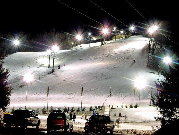 Estación de esquí Crystal Mountain en una fría noche de invierno