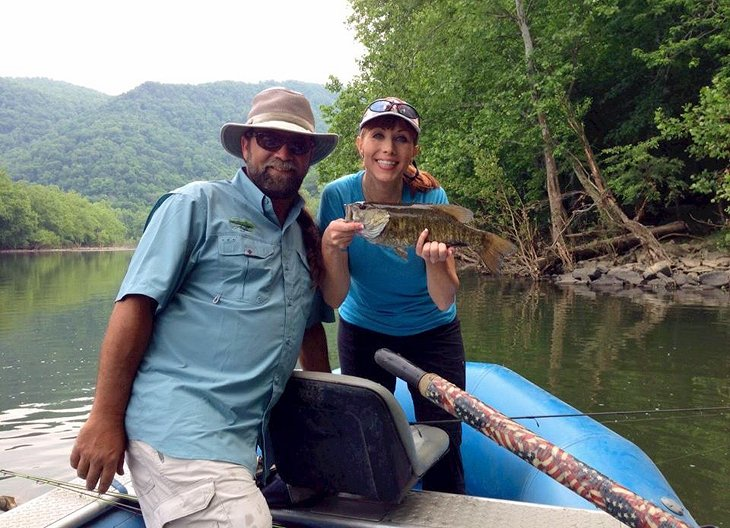 Anietra y el guía experto Sean Wishart aterrizan una lobina de boca chica en el New River