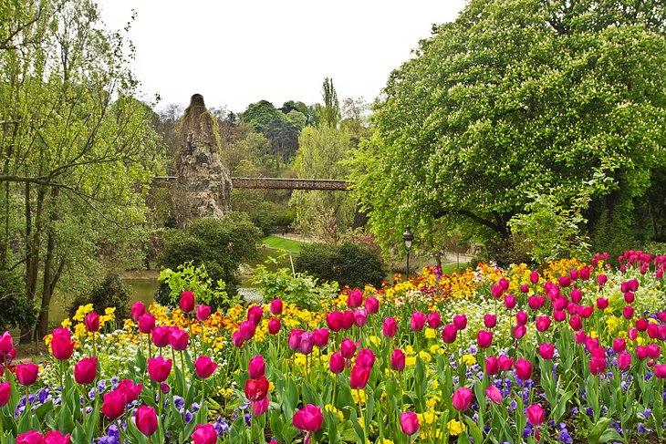 حديقة بوت شومون، من المزارات السياحية في مدينة باريس، فرنسا
