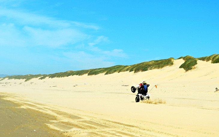 Piloto de OHV en las dunas de Oregon