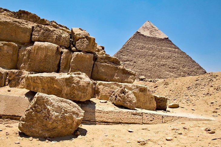 Pirámide de Khafre y ruinas en el cementerio occidental