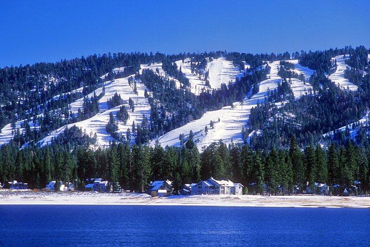 Pistas de esquí sobre la ciudad de Big Bear