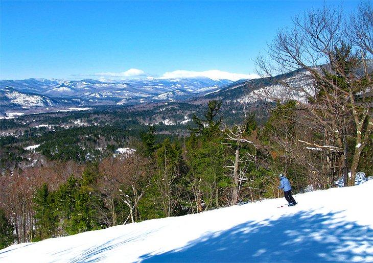 Esquiando en las pistas de Cranmore Mountain