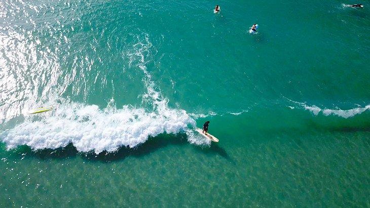 Surfeando en la playa de Wrightsville
