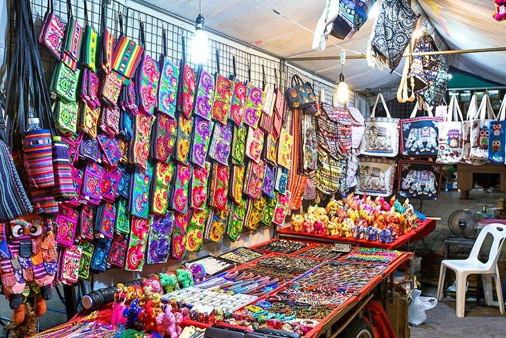 Ремесла для продажи на ночном рынке в Хуахине.