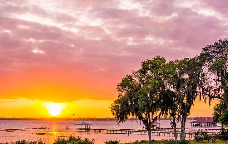 Atardecer ardiente sobre el lago Jackson en Sebring