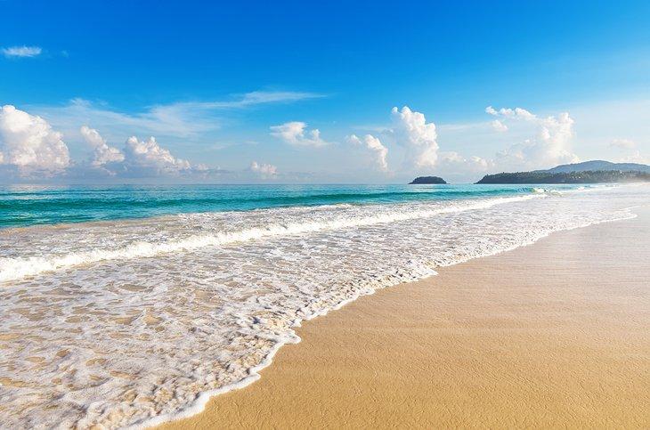 Arena dorada en la playa de Karon