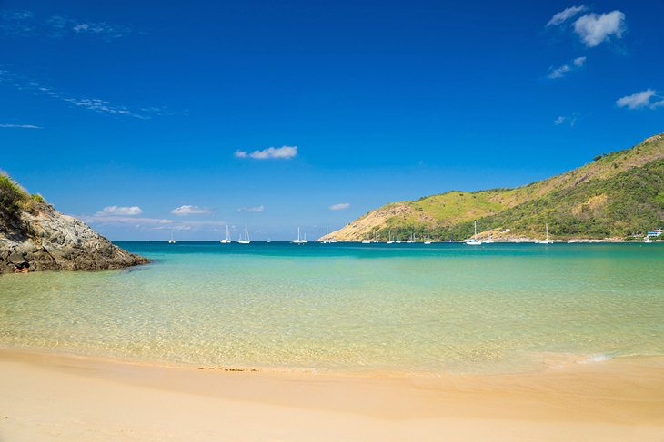 Agua cristalina en la playa de Nai Harn
