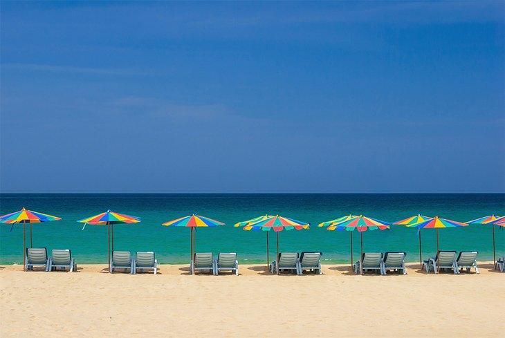 Tumbonas con sombrilla en la playa de Patong