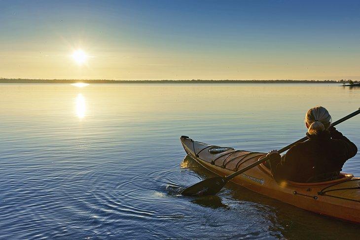 Kayak en el puerto de Bailey al atardecer