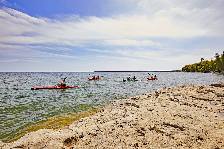Un grupo de kayakistas cerca de Egg Harbor