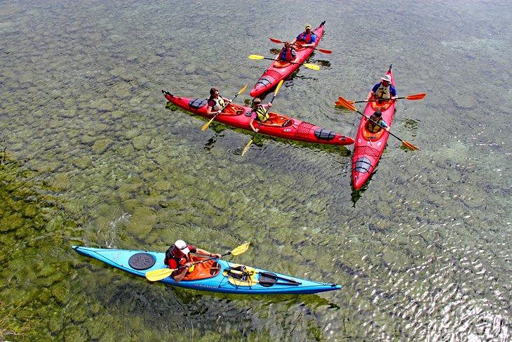 Navegando en kayak por las aguas cristalinas cerca de Gills Rock