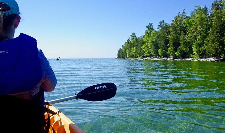 Navegando en kayak por la hermosa costa a lo largo de la isla de Washington