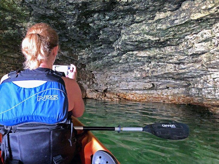 Kayak en las cuevas de White Fish Bay