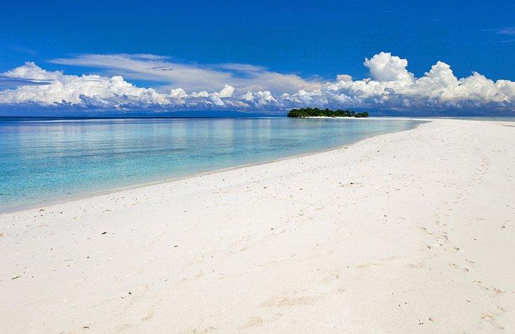 Порошкообразный белый песок на острове Матакинг