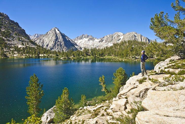 Un lago High Sierra en el Parque Nacional Kings Canyon