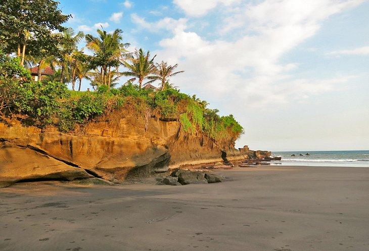 Playa de arena negra en Balian