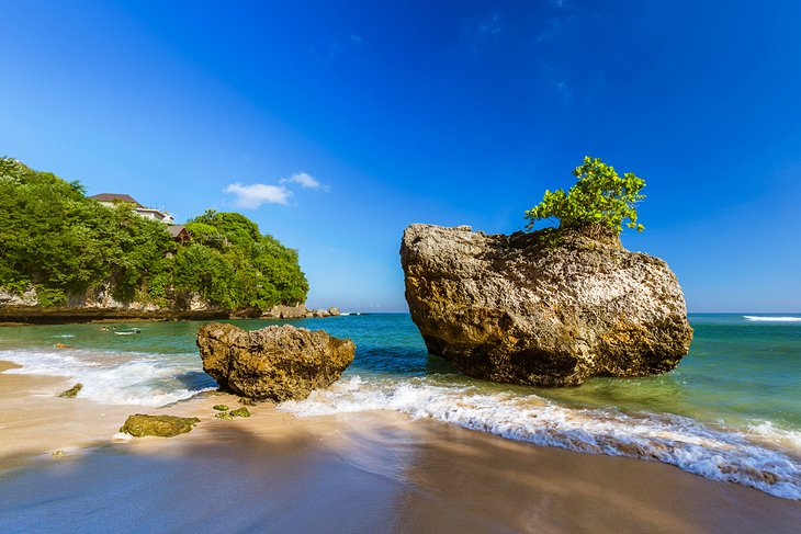 Rocas erosionadas en la playa de Padang Padang
