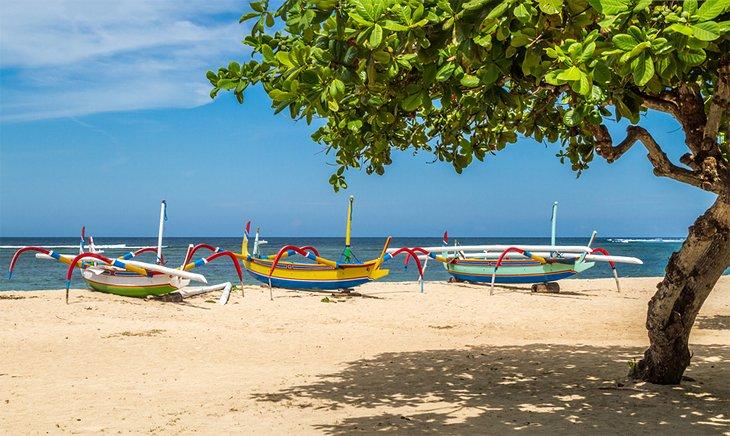 Barcos de colores en la playa de Sanur