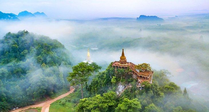 Вид с высоты птичьего полета на храм На Най Луанг в провинции Сураттхани