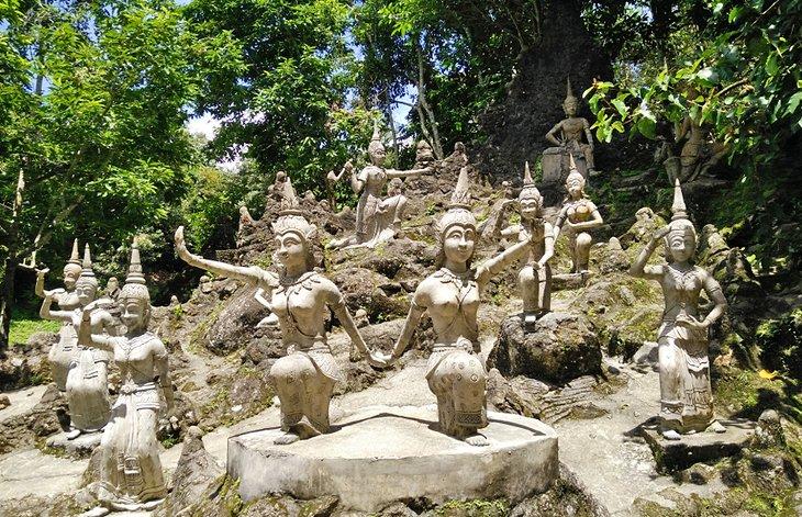 Статуи в Тайном саду Будды...