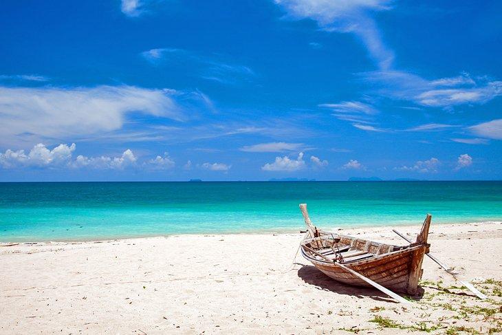 Рыболовецкая лодка на пляже Клонг Дао