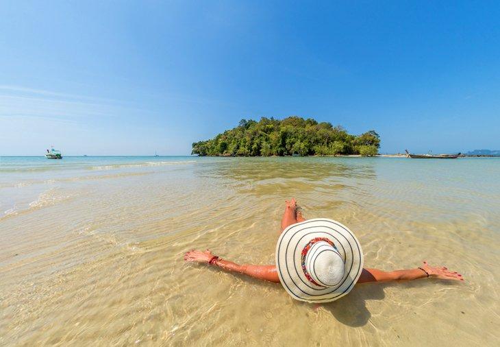 Женщина отдыхает на пляже Клон Муанг.