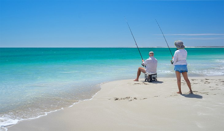 Un par de pesca en la playa en Australia Occidental