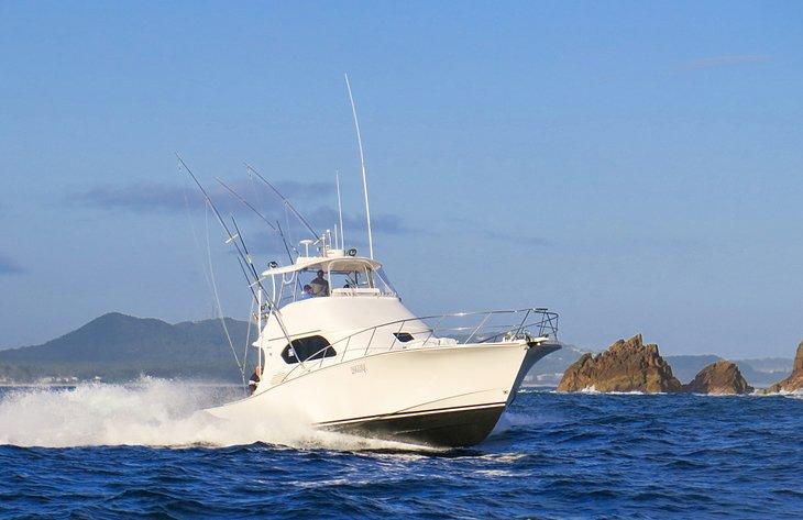 Un barco de pesca de caza mayor que sale de Port Stephens