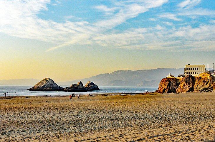 Ocean Beach con la casa del acantilado arriba