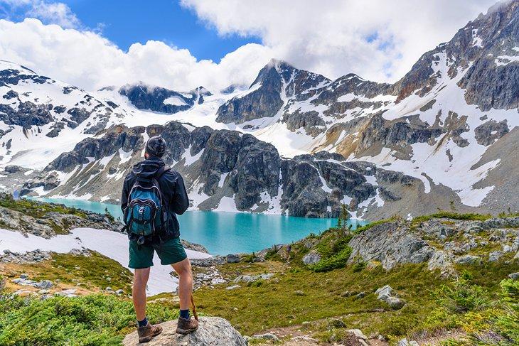 Un excursionista en Wedgemount Lake