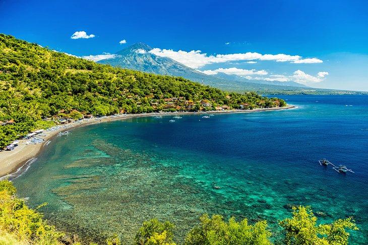 Praia de Amed com orlas de corais em Bali