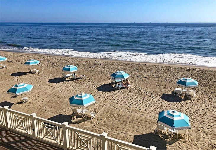 Sombrillas frente a la playa Rosewood Miramar