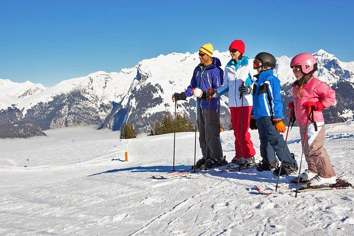 Una familia esquiando en Francia