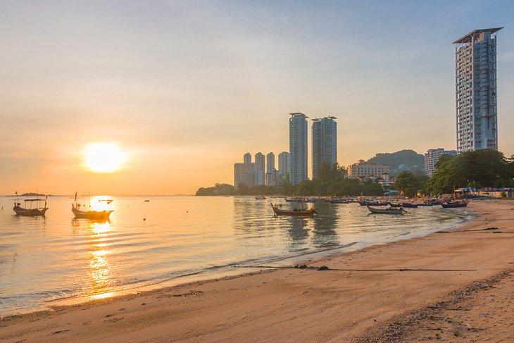 Amanecer en la playa de Tanjung Bungah