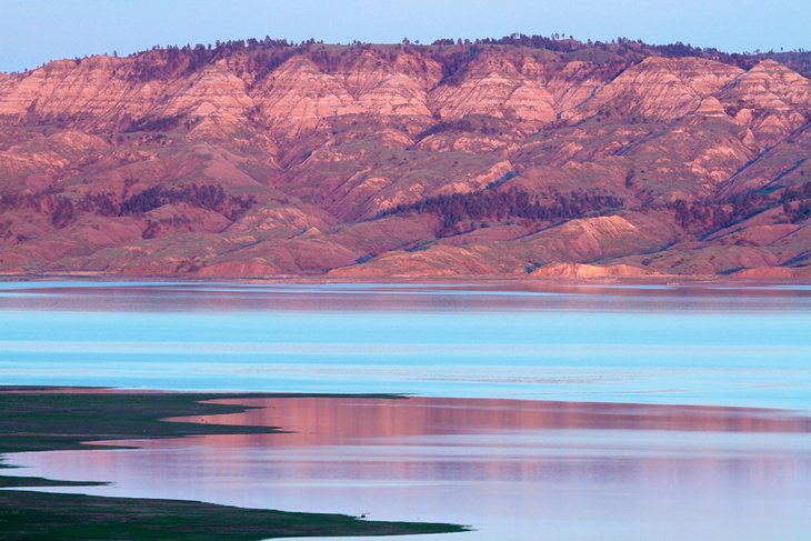 Crepúsculo en el lago Fort Peck, Hell Creek State Park