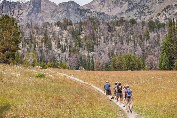 Excursionistas que se dirigen a la Cuenca de la Colmena