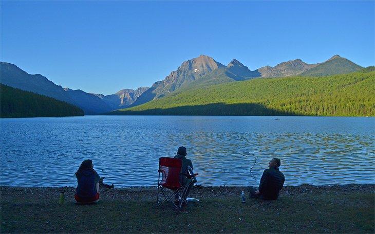 Campistas disfrutando del lago Bowman